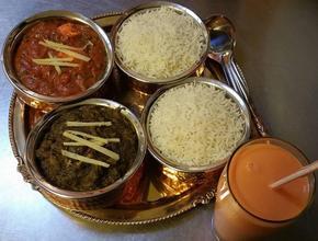 GOLDEN INDIAN Chicken Rogan Josh, Chicken Spinach og Mango lassi - Indisk Madudbringning - Lyngby